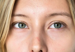 retrato-primer-mujer-blanca-ojos_53876-82404