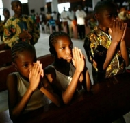 gente-rezando-iglesia-camerun_2059004149_9924312_660x371.jpg
